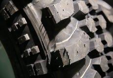 Fim acima da profundidade da superfície do pneumático do terreno da lama de campo rasa Fotografia de Stock
