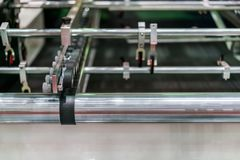 Fim acima da roda e o rolo para a unidade do alimentador do papel de moderno e o de alta tecnologia da publicação ou da máquina d foto de stock