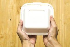 Fim acima da sobremesa do bolo da posse da mão na caixa de cartão vazia vazia clara não marcado, ordem do alimento Conceito da en imagens de stock