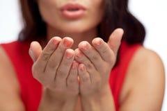 Fim acima das mãos da mulher que enviam o beijo do sopro Fotografia de Stock Royalty Free