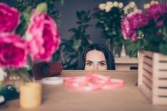 Fim acima de funky engraçado bonito da foto ela sua tabela que próxima da cara da metade da senhora a fita cor-de-rosa de muitos  imagem de stock royalty free