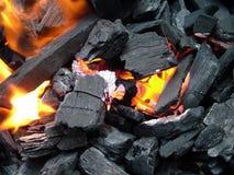 Fim acima de incêndio ardente de carvão Fotografia de Stock