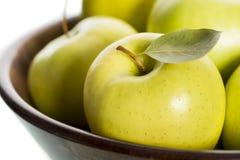 Fim acima de maçãs frescas na cesta marrom. Fotos de Stock