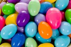 Fim - acima de ovos de Easter coloridos plásticos Fotos de Stock