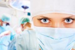 Fim-acima de um cirurgião fêmea com sua equipe Imagem de Stock Royalty Free