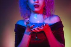 Fim acima de uma bebida azul alcoólica do mistério com fumo frio congelado Fotos de Stock