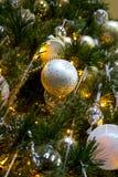 Fim acima decorado e iluminado da árvore de Natal imagem de stock