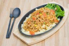 Fim acima do alimento: Espaguetes deliciosos com carne e os vegetais triturados vista superior na tabela de madeira com colher e  fotos de stock royalty free