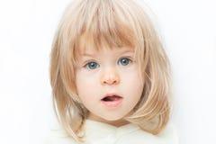 Fim acima do bebê do cabelo louro do retrato com um risco em seu nariz isolado no fundo branco Fêmea surpreendida imagens de stock royalty free