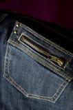 Fim acima do bolso do fecho de correr das calças de brim Foto de Stock