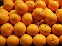 Fim acima do fruto alaranjado fresco no mercado fotografia de stock