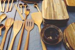 Fim acima do fundo de madeira das ferramentas da cozinha na loja fotografia de stock