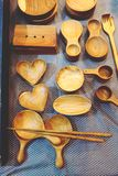 Fim acima do fundo de madeira das ferramentas da cozinha na loja imagem de stock royalty free