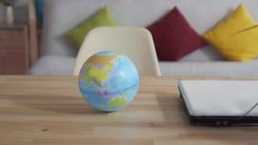 Fim acima do globo que gerencie na tabela mo lento vídeos de arquivo