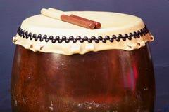 Fim acima do instrumento de percussão japonês tradicional Taiko ou do cilindro de Wadaiko imagem de stock royalty free