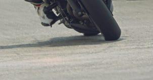 Fim acima do movimento lento das motocicletas do esporte que fazem voltas durante uma raça vídeos de arquivo