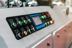 Fim acima do painel de controle da tecla e da exposição de moderno e de alta tecnologia da publicação ou da máquina de impressão  imagens de stock