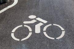 Fim acima do sinal da rota da bicicleta marcado na rua do asfalto foto de stock royalty free