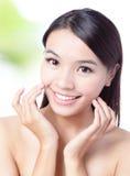 Fim acima do toque da face e da mão da mulher da beleza Fotos de Stock Royalty Free