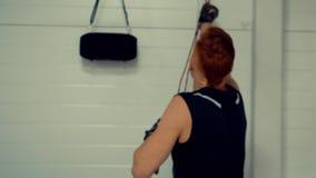Fim acima do treinamento de cabelo vermelho do homem do retrato no gym Pugilista novo no clube da luta filme