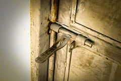 Fim acima: dobradiça de porta oxidada velha do metal do grunge, fotografia de stock royalty free