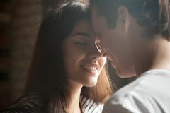 Fim acima dos pares românticos que têm o momento íntimo junto fotos de stock