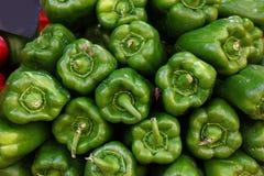 Fim acima dos pimentos de sino verdes frescos foto de stock royalty free