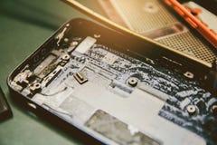 Fim acima dos trituradores móveis que são reparados para técnicos eletrônicos fotos de stock