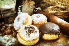 Fim acima Filhóses deliciosas belamente arranjadas com crosta de gelo, s Imagens de Stock