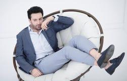 Fim acima homem de negócios cansado que descansa em uma cadeira confortável foto de stock royalty free