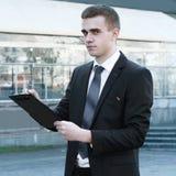 Fim acima homem de negócios que faz anotações na prancheta fotos de stock royalty free