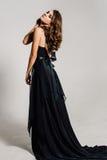 Fim acima individuality Senhora elegante pensativa no vestido de noite preto do baile de finalistas Foto retocada estúdio fotos de stock royalty free