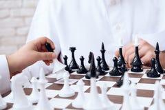 Fim acima O jogador de xadrez anda com uma rainha foto de stock royalty free
