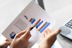 Fim acima os sócios comerciais discutem benefícios financeiros Conceito do negócio imagem de stock