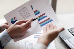 Fim acima os sócios comerciais discutem o desempenho financeiro Conceito do negócio fotos de stock royalty free