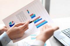 Fim acima os sócios comerciais discutem o desempenho financeiro Conceito do negócio fotos de stock