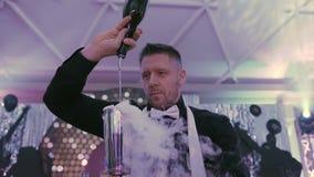 Fim acima Um barman profissional derrama um cocktail com o efeito do gelo seco Empregado de bar que faz o alcoólico delicioso vídeos de arquivo