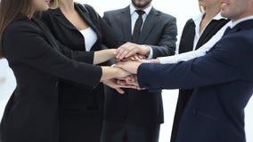 Fim acima um grupo de executivos uniu suas mãos imagem de stock