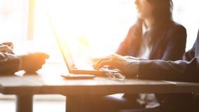 Fim acima um homem de negócios usa um portátil para verificar a informação financeira imagem de stock royalty free