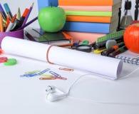 Fim acima uma folha do papel de desenho e das fontes de escola no fundo branco imagem de stock royalty free