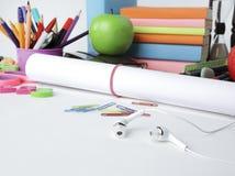Fim acima uma folha do papel de desenho e das fontes de escola no fundo branco fotografia de stock royalty free