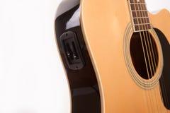 Fim amarelo acústico bonde da guitarra acima no branco fotografia de stock