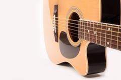 Fim amarelo acústico bonde da guitarra acima no branco fotos de stock royalty free