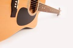 Fim amarelo acústico bonde da guitarra acima no branco foto de stock royalty free
