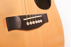 Fim amarelo acústico bonde da guitarra isolado acima no branco fotos de stock royalty free