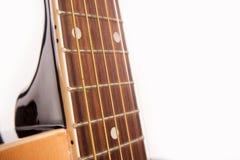 Fim amarelo acústico bonde da guitarra isolado acima no branco fotografia de stock royalty free