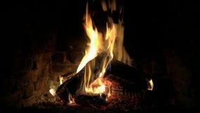 Fim bonito confortável satisfying calmo lindo acima do tiro do laço 4k da chama de madeira do fogo que queima-se lentamente na at vídeos de arquivo