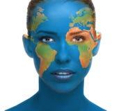 Fim bonito da cara da mulher acima com textura da terra do planeta Imagem de Stock