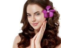 Fim bonito da cara da mulher acima do cabelo bonito longo do retrato com jovens da flor foto de stock
