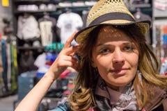 Fim bonito da menina acima do retrato A mulher na loja está tentando na roupa Ela em um bom humor Fotografia de Stock